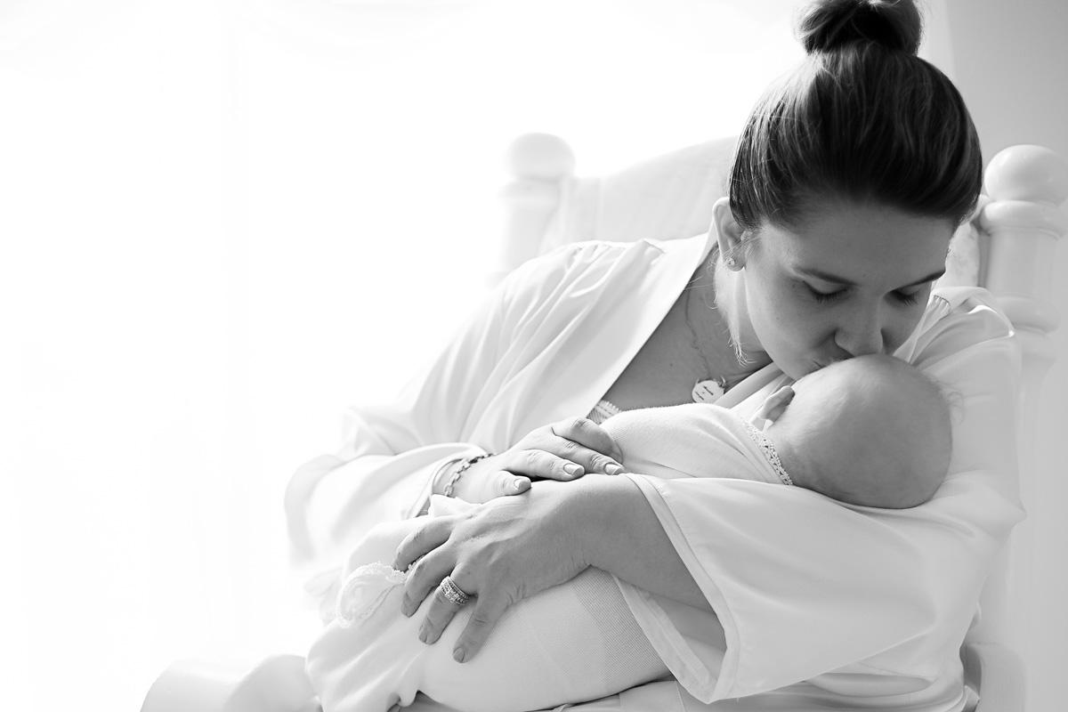 Lexington, KY Newborn Photographer picture in black and white of mom kissing baby